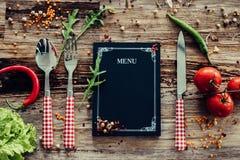 La cena de boda con la carne del rodillo fumó y los tomates Fotos de archivo