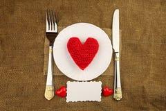 La cena de la tarjeta del día de San Valentín con el corazón hecho a mano Fotos de archivo libres de regalías