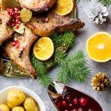 La cena di Natale con la bistecca arrostita della carne, Natale avvolge l'insalata, la patata al forno, le verdure arrostite, sal fotografia stock
