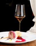 La cena fina, los gras de Foie del ganso con ajo negro y la frambuesa gelatinan Fotografía de archivo libre de regalías