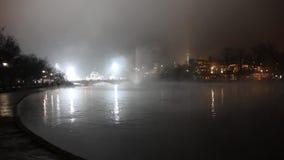 La central de Budapest parquea la fuente con aguas termales en la noche almacen de metraje de vídeo
