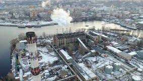 La central eléctrica cerca del embarcadero contamina el aire almacen de metraje de vídeo