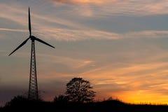 La central eléctrica de energía eólica en la puesta del sol Imagen de archivo