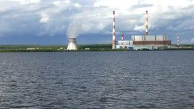 La central eléctrica en la orilla almacen de video