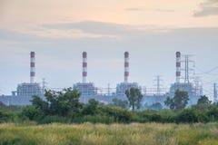 La central eléctrica genera la electricidad en el cielo de la puesta del sol Foto de archivo