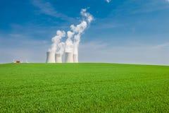 La central nuclear en Temelin situó detrás de un campo verde imágenes de archivo libres de regalías