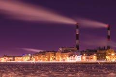 La central térmica de la noche del invierno en el terraplén del río de Neva en St Petersburg foto de archivo