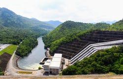 La centrale elettrica alla diga Fotografia Stock