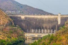 La centrale elettrica alla diga di Bhumibol in Tailandia Immagini Stock Libere da Diritti