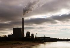 La centrale elettrica contro il cielo Fotografia Stock