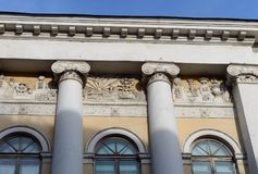 La centrale ha messo il portico ionico di nuovo Gostiny Dvor nel centro di Mosca fotografie stock libere da diritti