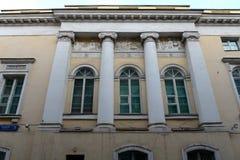 La centrale ha messo il portico ionico di nuovo Gostiny Dvor nel centro di Mosca fotografie stock