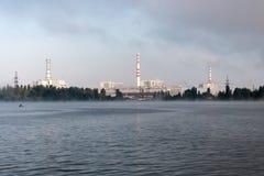La centrale nucléaire de Kursk s'est reflétée dans une surface calme de l'eau image stock