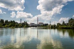 La centrale nucléaire de Kursk s'est reflétée dans une surface calme de l'eau images libres de droits