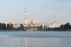 La centrale nucléaire de Kursk s'est reflétée dans une surface calme de l'eau photos libres de droits