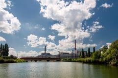 La centrale nucléaire de Kursk s'est reflétée dans une surface calme de l'eau image libre de droits