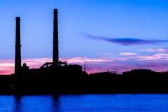 La centrale thermique de soirée sur le remblai de rivière de Neva dans le St Petersbourg, Russie Photos libres de droits
