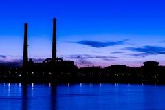 La centrale thermique de soirée sur le remblai de rivière de Neva dans le St Petersbourg, Russie Photos stock