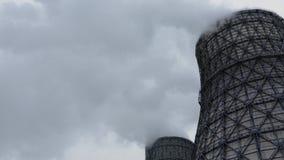 La centrale thermique de tabagisme énorme polluent l'environnement avec les émissions toxiques banque de vidéos