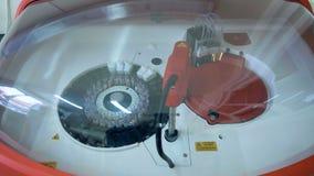 La centrifugadora hace girar las muestras con sangre, equipamiento médico almacen de metraje de vídeo