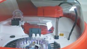 La centrifugadora médica trabaja en un laboratorio, comprobando muestras de sangre almacen de video