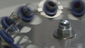 La centrifugeuse d'équipement de laboratoire tourne et arrête lentement le macro clips vidéos