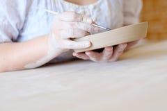 La cerámica cursa la loza hecha a mano de la pintura del taller fotos de archivo