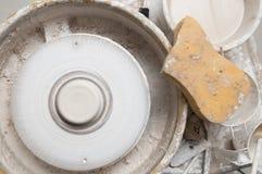 La cerámica rueda adentro el estudio que hace productos de cerámica Fotografía de archivo