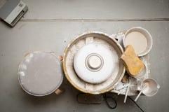 La cerámica rueda adentro el estudio que hace productos de cerámica Imagen de archivo