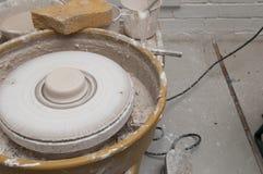 La cerámica rueda adentro el estudio que hace productos de cerámica Foto de archivo