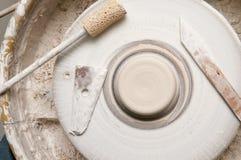 La cerámica rueda adentro el estudio que hace productos de cerámica Imagenes de archivo