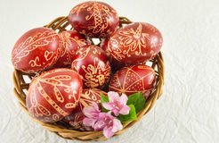 La cera adornó los huevos de Pascua rojos en un cuenco Fotografía de archivo libre de regalías