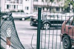 La cerca de alambre en el estacionamiento guardado se rompió por el ladrón imagenes de archivo