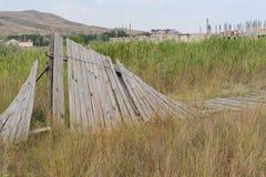 La cerca de madera caida Fotos de archivo