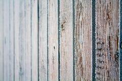 La cerca de madera cubrió cristales del hielo Fotografía de archivo libre de regalías