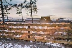La cerca de madera para un patio trasero y el sol brillan imagen de archivo libre de regalías