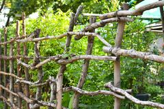 La cerca de madera, plantada y bloquea la casa imagenes de archivo