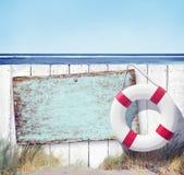 La cerca de madera y vacia la etiqueta en la playa fotografía de archivo