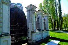 La cerca de piedra de la iglesia ortodoxa en primavera Imagen de archivo libre de regalías
