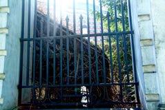 La cerca de piedra de la iglesia ortodoxa en primavera Imagen de archivo
