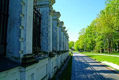 La cerca de piedra de la iglesia ortodoxa en primavera Fotografía de archivo