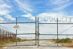 La cerca del metal es cerrada bloqueado Imagen de archivo libre de regalías