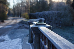 La cerca del puente en escarcha fotografía de archivo