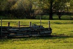 La cerca en la cual siente dos cuervos Fotografía de archivo libre de regalías