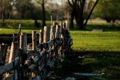 La cerca en la cual siente dos cuervos Foto de archivo libre de regalías