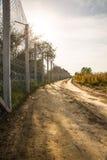La cerca que protege la frontera entre Hungría y Serbia imagen de archivo libre de regalías