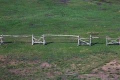 La cerca rusa del estilo hecha del abedul de madera abre una sesión el césped verde yo Imágenes de archivo libres de regalías