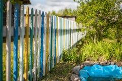 La cerca se hace de tableros coloreados imagen de archivo