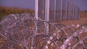 La cerca y el alambre de púas instalan listo en el húngaro - croata
