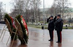 La ceremonia de poner las flores y las guirnaldas en la tumba del soldado desconocido durante las celebraciones del día de defens Imagen de archivo libre de regalías
